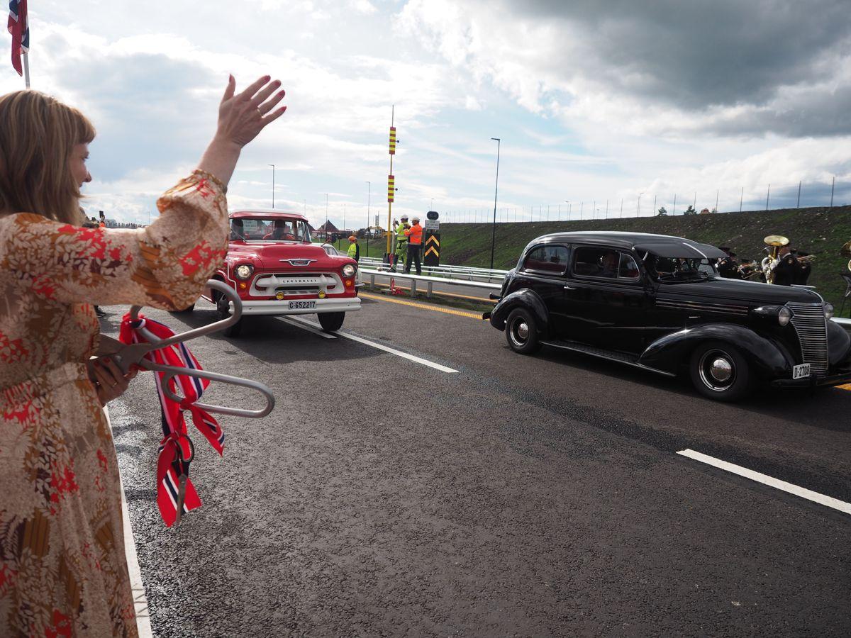 Veteranbilkortesjen fikk kjøre i front etter av veien ble åpnet. Foto: Jørn Hindklev