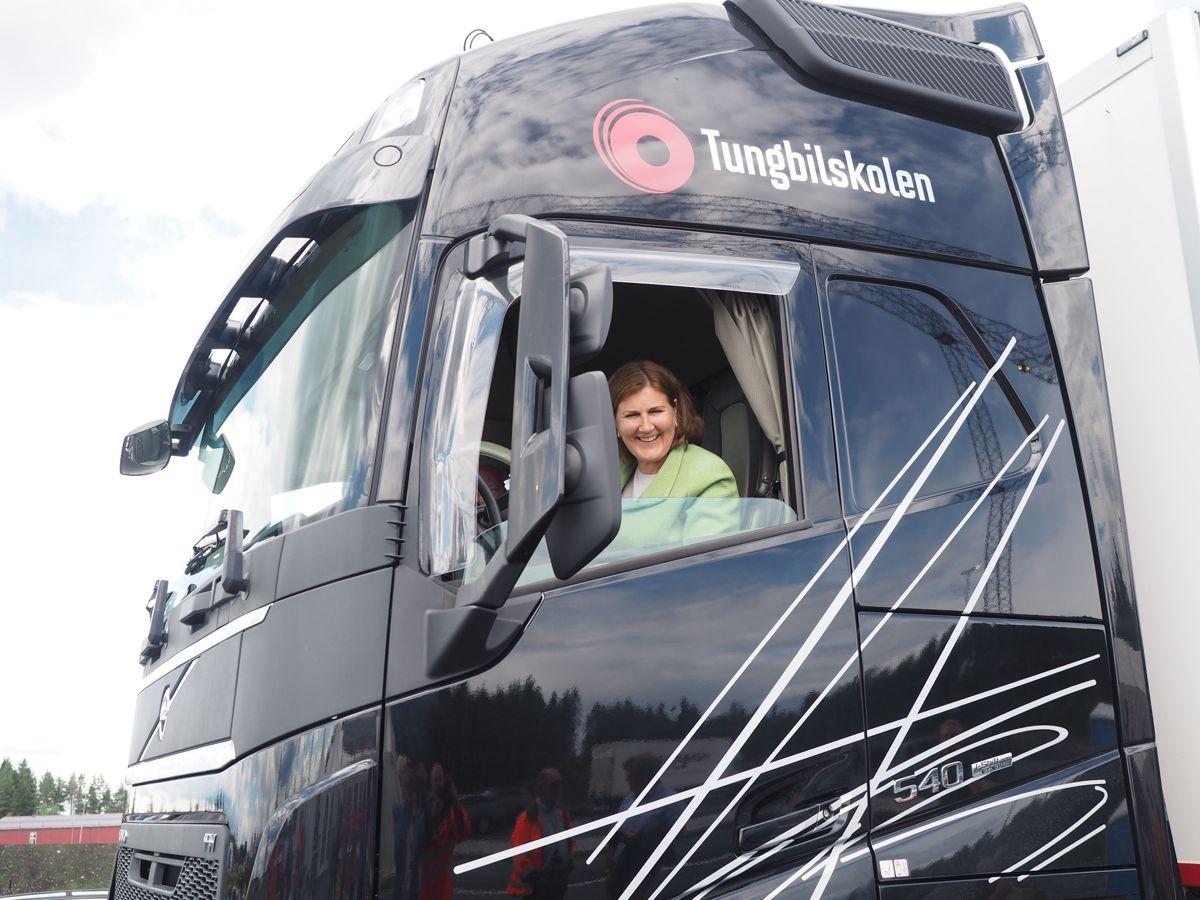 Vegdirektør Ingrid Dahl Hovland ankom i lastebil etter å ha fått prøvekjørt på den nye veien. Foto: Jørn Hindklev