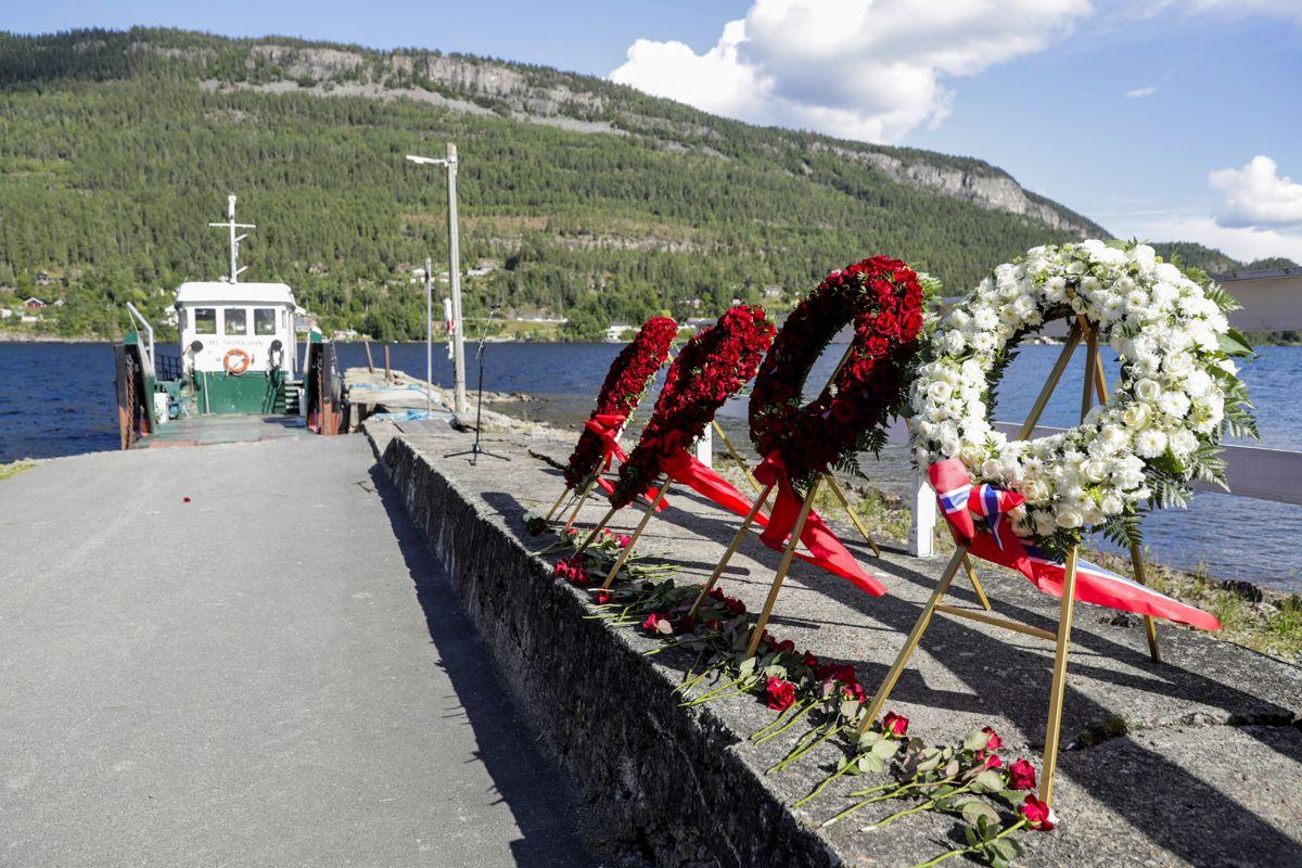 Blomsterkranser på Utøyakaia under ni-årsmarkering for terrorangrepet på Utøya 22. juli 2011. Foto: Berit Roald / NTB scanpix