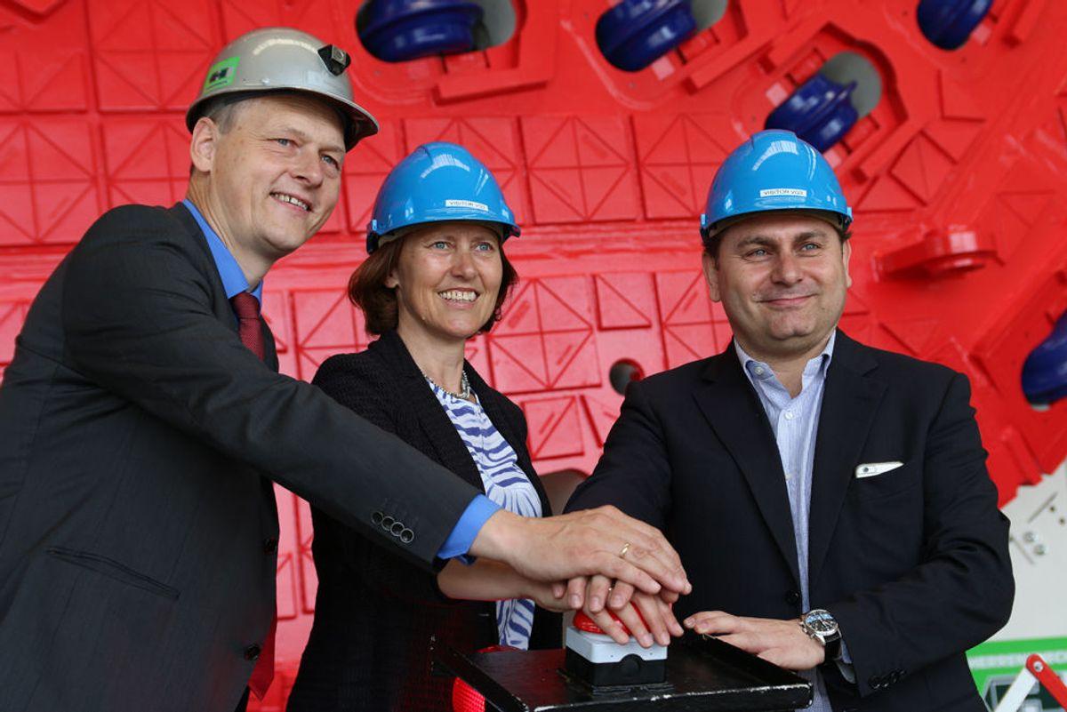 <p>Gerhard Wehrmeyer fra Herrenknecht, Anne kathrine Kalager fra Jernbaneverket og Fernando Vara fra AGJV, trykket på knappen og startet TBMen.</p>