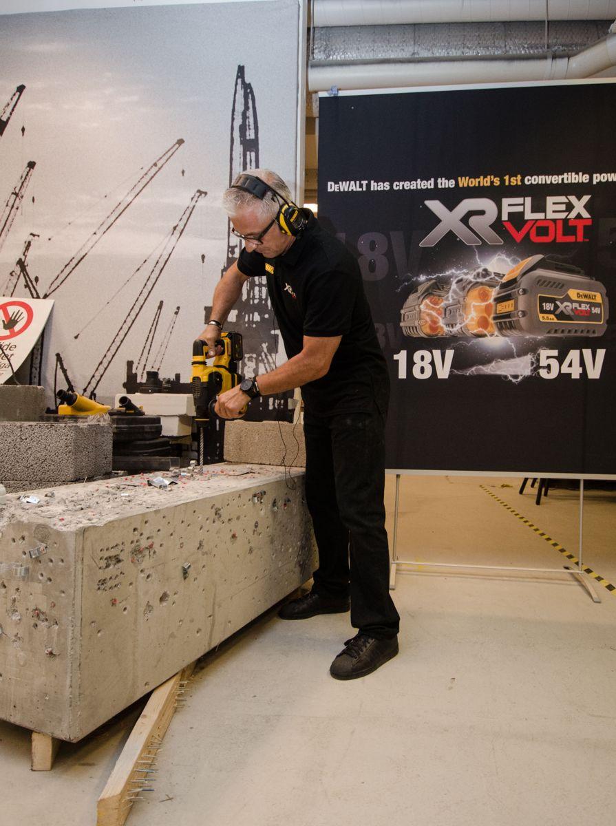 Opplæringsansvarlig Ulf Olsson med DeWalts nye 54 volts slagbor.