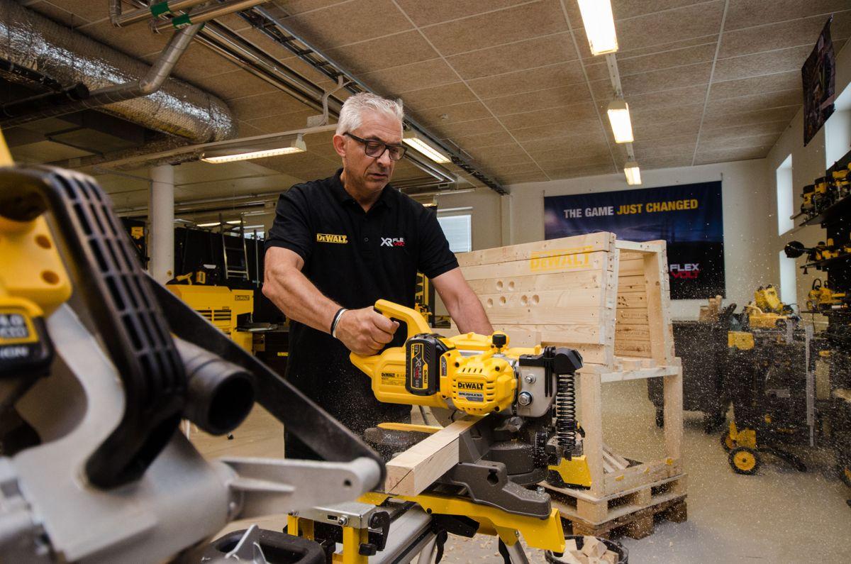 <p></p><p>Opplæringsansvarlig Ulf Olsson med DeWalts batteridrevne kapp- og gjærsag.</p>
