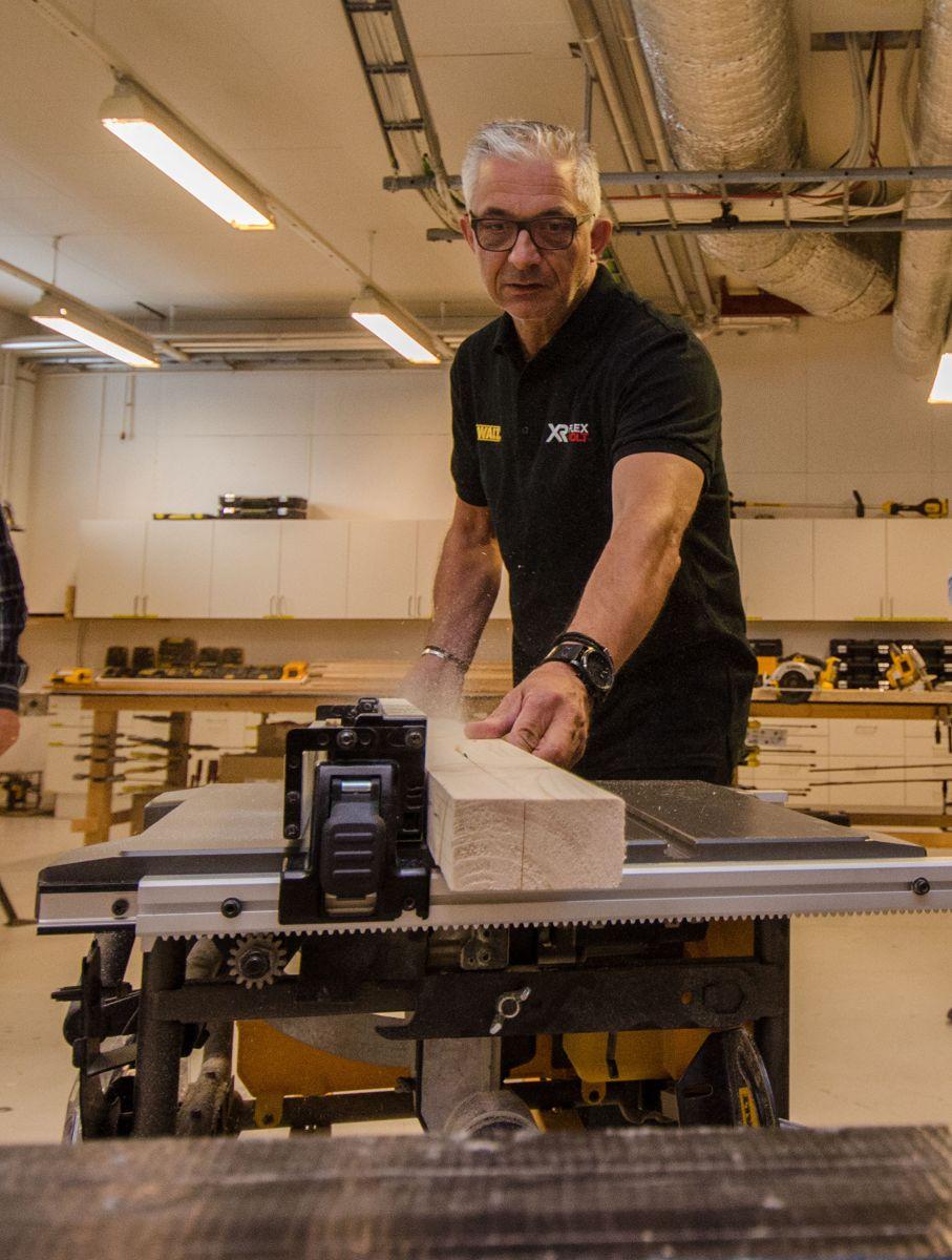 Opplæringsansvarlig Ulf Olsson viser DeWalts verdensnyhet, en batteridrevet bordsag.