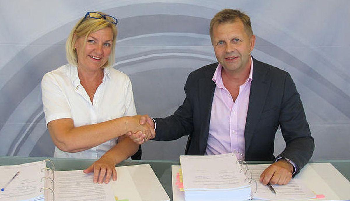 Direktør Eli Grimsby fra KID og regionsdirektør Bård A. Nielsen fra OneCo har signert kontrakten for elektro/tele.