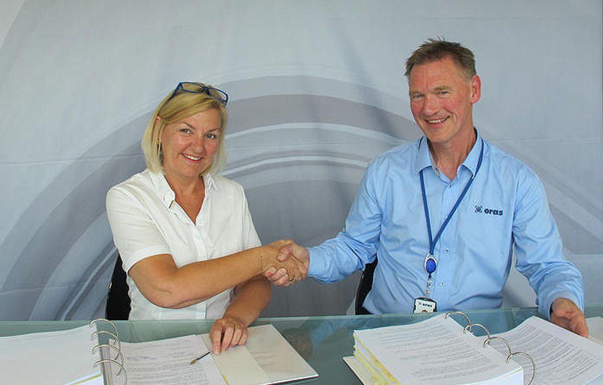 Direktør Eli Grimsby fra Kultur- og idrettsbygg og direktør Torstein Tveiten fra ORAS har signert kontrakten for røranlegg.