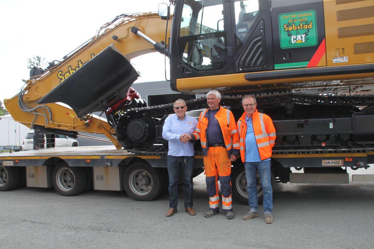 Salgsingeniør i Pon Equipment Geir Sandvik (fra venstre), Carl Ole Krokum, og Dag Søbstad, daglig leder i Søbstad.Foto: Pon Equipment