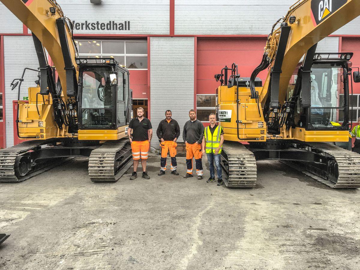 Sjåførene Sander Karlson (fra venstre, Tommy Hansen og Stian Rekvin, sammen med Pon-selger Per Inge Strengen. Foto: Pon Equipment