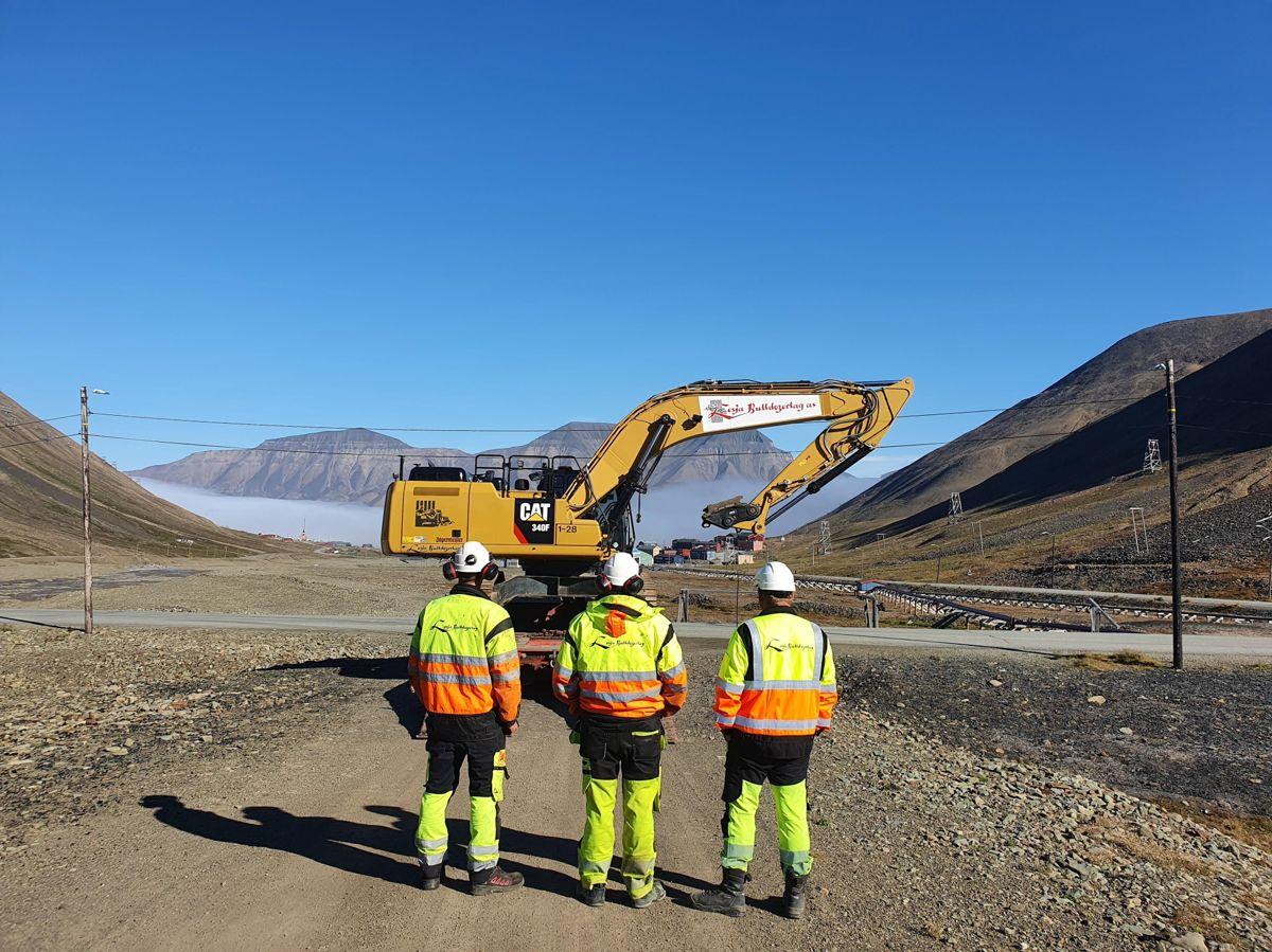 <p>Lesja Bulldozerlag er nå på plass på Svalbard. Foto: Lesja Bulldozerlag</p>
