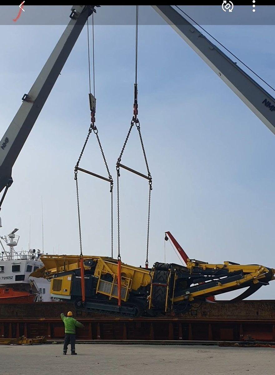 Lossing av Keestrack Bringkaia Longyearbyen. Totalt har entreprenøren transportert 400 tonn med maskiner til Svalbard. Foto: Lesja Bulldozerlag.