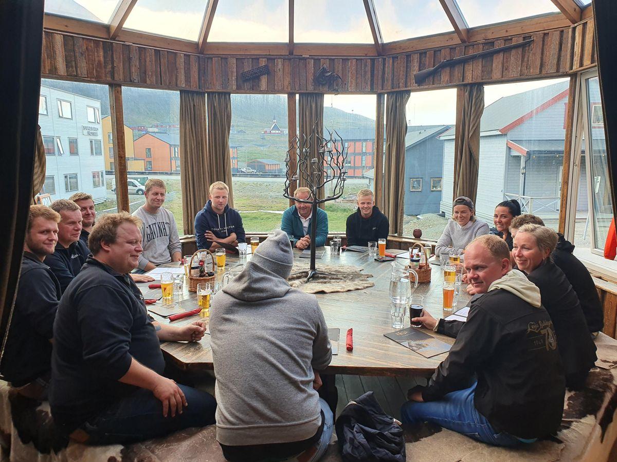 Gjengen fra Bulldozerlaget er på plass i Longyearbyen. Arbeidet vil pågå frem til høsten 2021. Foto: Lesja Bulldozerlag