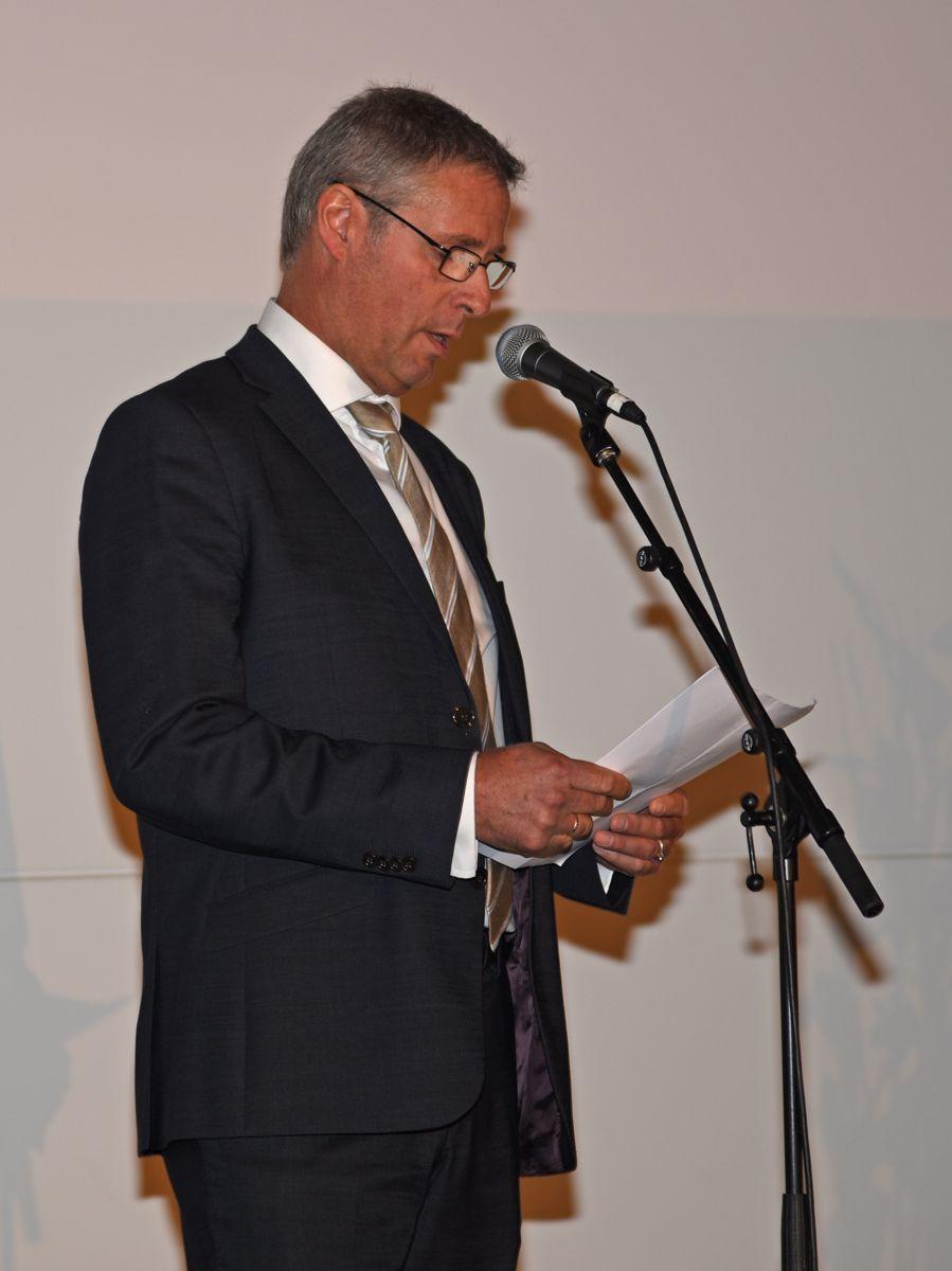 Prosjektdirektør Roger Skoglie i Bybanen Utbygging takket entreprenører og rådgiver for godt utført arbeid.
