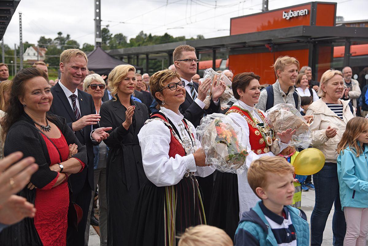 Fylkesordfører Anne Gine Hestetun og bergensordfører Marte Mjøs Persen i bunader ved Birkelandsskiftet.