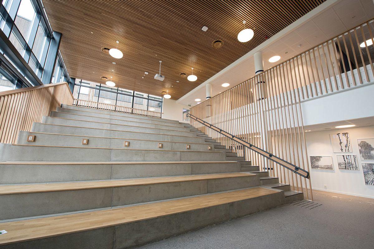 Allrommet ligger i hovedbygget første etasje men strekker seg opp til andre etasje.