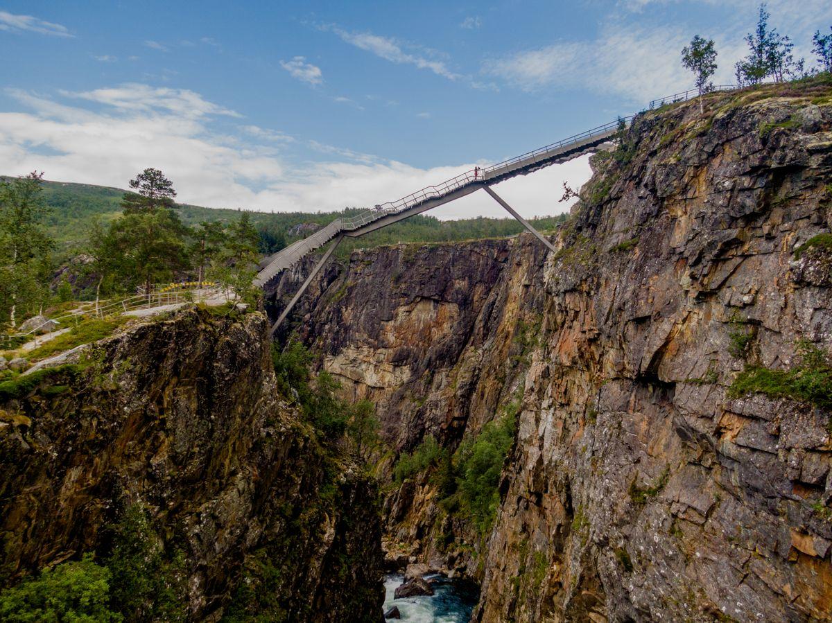Den nye broen knytter sammen Fossetromma og Fossli og er bygget som en del av prosjektet Nasjonale turistveger der utradisjonell arkitektur ofte kombineres med vakker natur. Foto: Stian Lysberg Solum / NTB scanpix