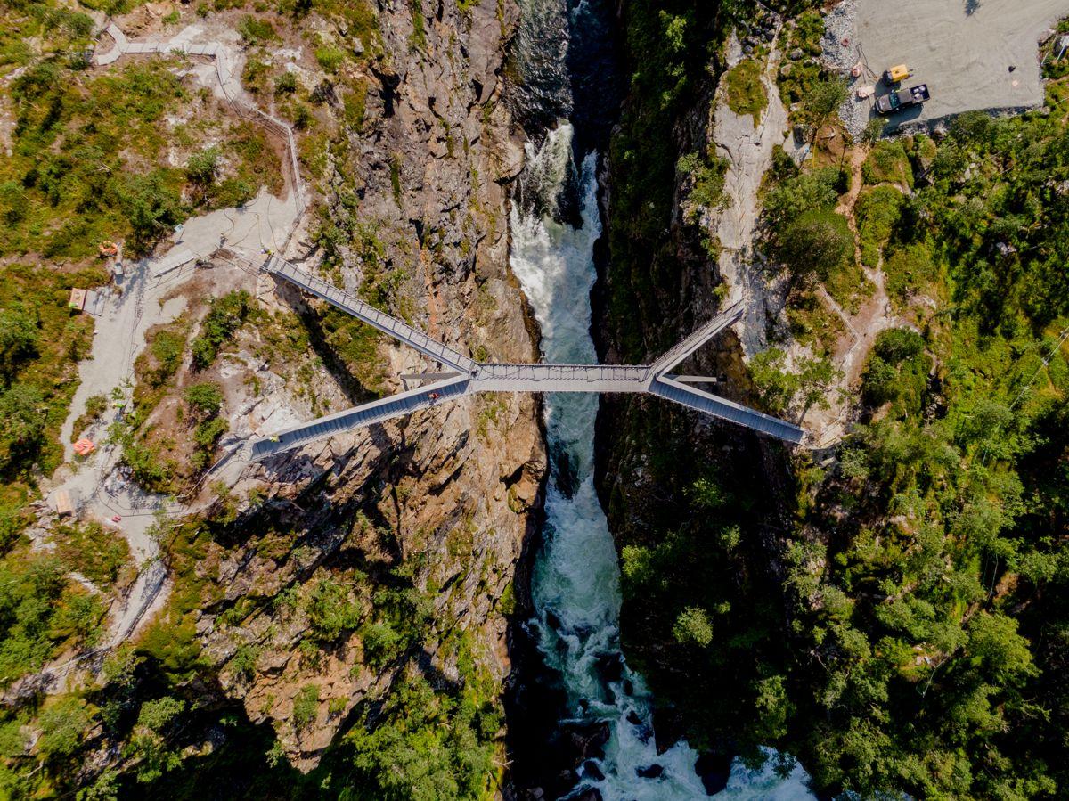 Trappebroen ble satt sammen i sju deler, har en spennvidde på 47 meter og en høydeforskjell på 16 meter. Den er tegnet av arkitekt Carl-Viggo Hølmebakk og har 99 trappetrinn. Foto: Stian Lysberg Solum / NTB scanpix