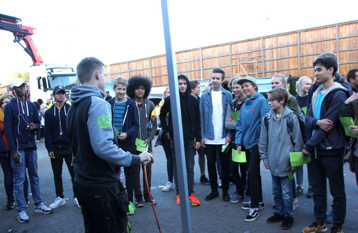 BYGGCAMP 2016: Ungdomsskoleelevene fikk demo av taktekking ved lærling Jens Kristian Bergheim Andersen i Ecotak. Foto: Svanhild Blakstad