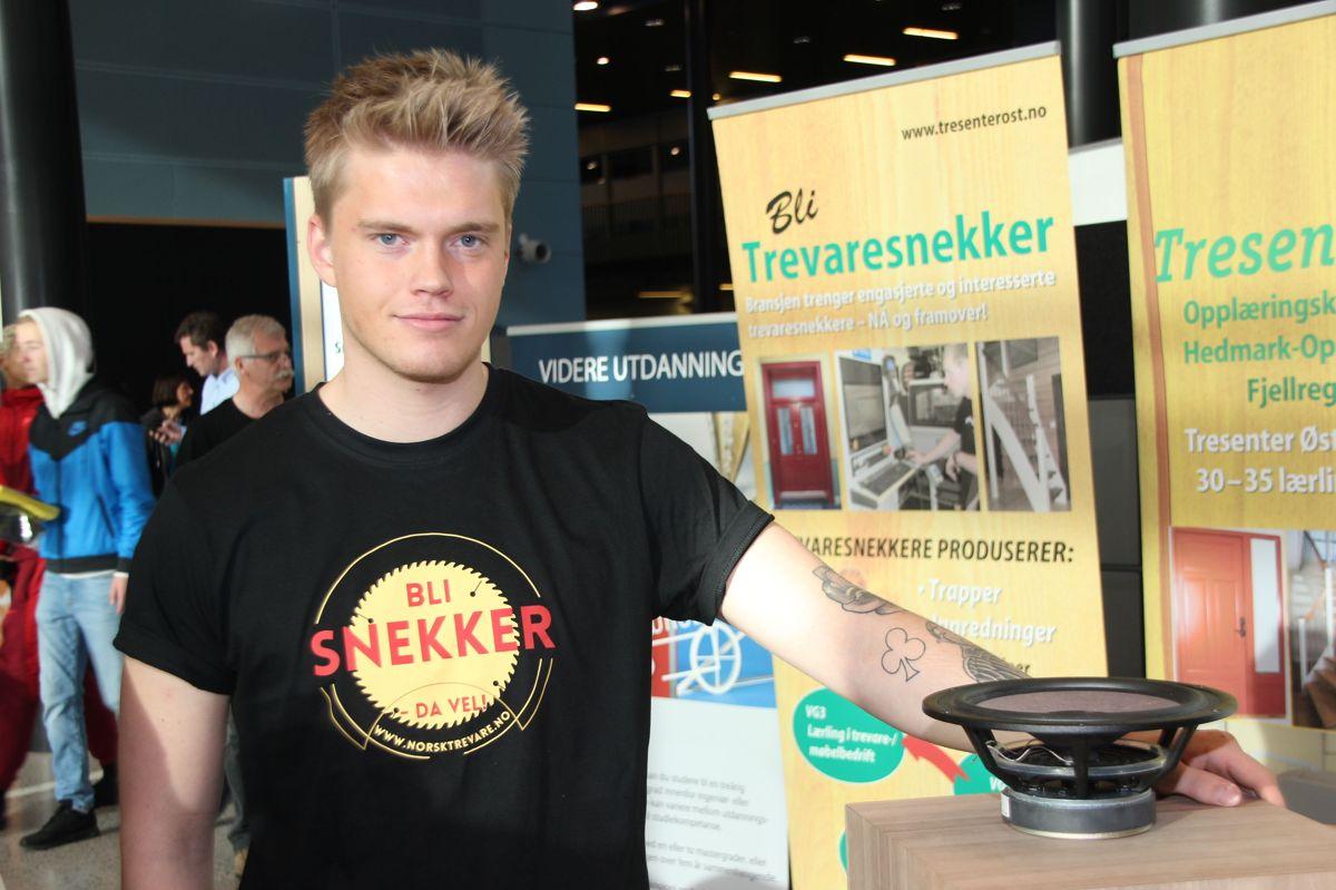 BYGGCAMP 2016: Kristoffer Eidem (21) er snekkerlærling hos Møbelverkstedet og viste blant annet frem egenbygget høyttaler fra standen på Kuben yrkesarena. Foto: Svanhild Blakstad