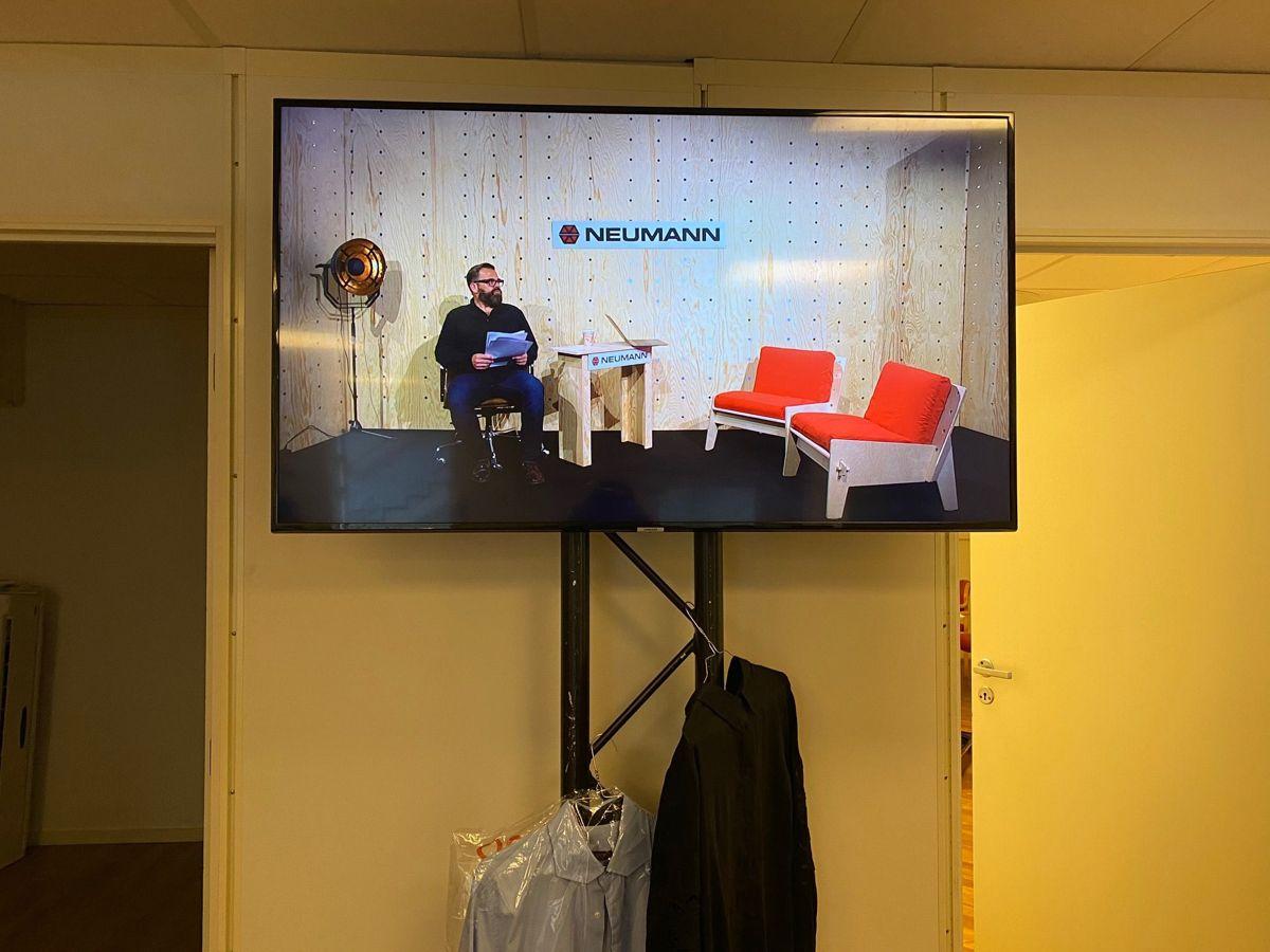 Fra Green room – og Klaus Sonstad som tester teknikken like før sending. Foto: Neumann Bygg (Gøril Solheim/Linda Heuch)