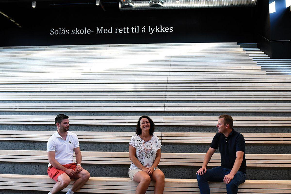 Fra venstre SV Betongs driftsleder Ole Mjåtveit, rektor Kirsti Sævik og kommunens prosjektleder og byggherre Trond Hansen i skolens hjerte, aulaen.