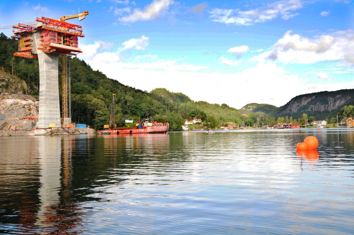 <p>Nå starter arbeidet med å etablere midlertidige avstivingstiltak på Trysfjordbrua, og det er merket opp seilingsled. Seilingsdybden er minst tre meter i leden. Foto: Nye Veier</p>