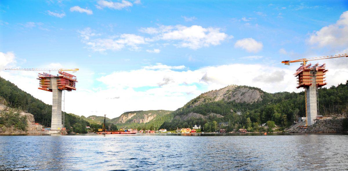 Nå starter arbeidet med å etablere midlertidige avstivingstiltak på Trysfjordbrua, og det er merket opp seilingsled. Seilingsdybden er minst tre meter i leden. Foto: Nye Veier