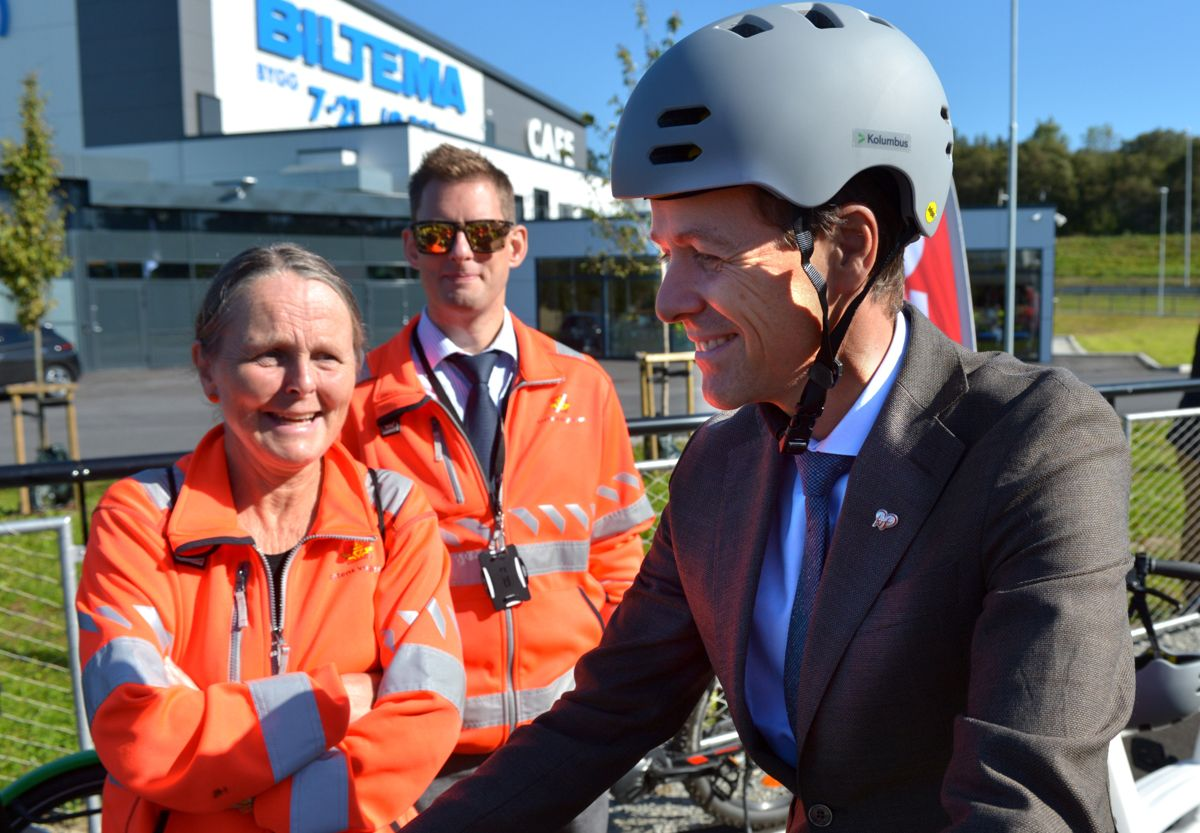 Samferdselsminister Knut Arild Hareide fikk sykle den nye Sykkelstamveien med en elsykkel fra Bymiljøpakken. Foto: Statens vegvesen
