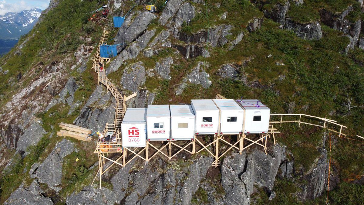 Riggen består av seks arbeidsbrakker, hver på 900 kilo som rommer seks sengeplasser, kjøkken, dusj og lagerrom for verktøy og utstyr. Kjetil Svanemyr/Åndalsnes Avis