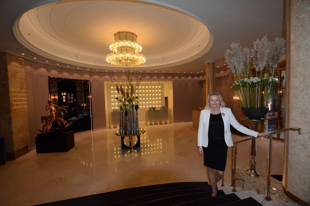 Fredrikke Næss i den nye lobbyen.