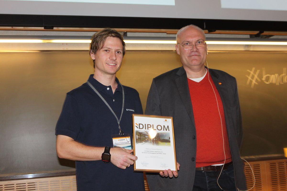 Maguns Frestad Nygaard fikk sin pris utdelt av Vegvesenets Even Myhre. Foto: Frode Aga