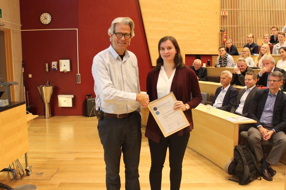 BNL-sjef Jon Sandnes delte ut Næringslivsringens pris for beste master til Mareike Anika Becker.