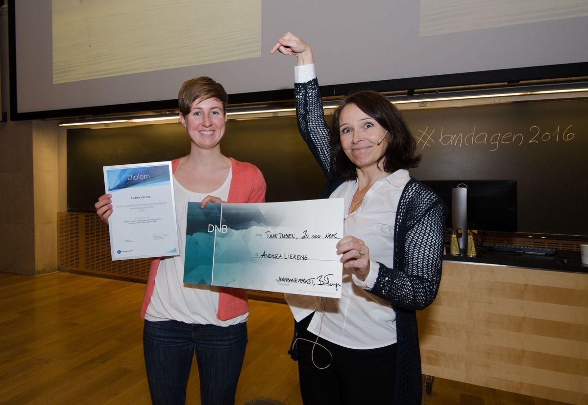 Andrea Liereng (til venstre) mottok Jernbaneverkets pris for beste jernbanefaglige masteroppgave 2016 for ordinære masteroppgaver, og fikk diplom og gavesjekk fra seksjonsleder for kompetanse i Jernbaneverket, Marianne Døhl.