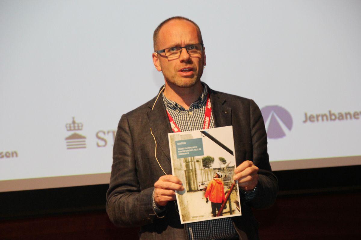 Tom Ivar Myhre i BackeGruppen med den nye SHA-veilderen. Foto: Svanhild Blakstad