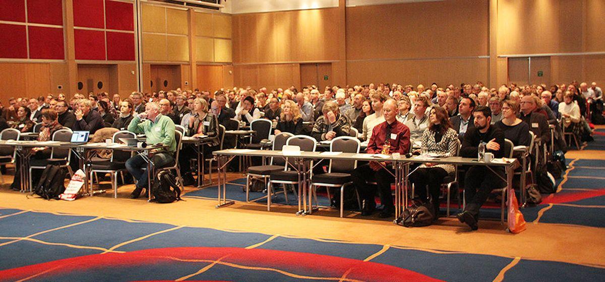 330 deltakere var på plass i salen mandag.