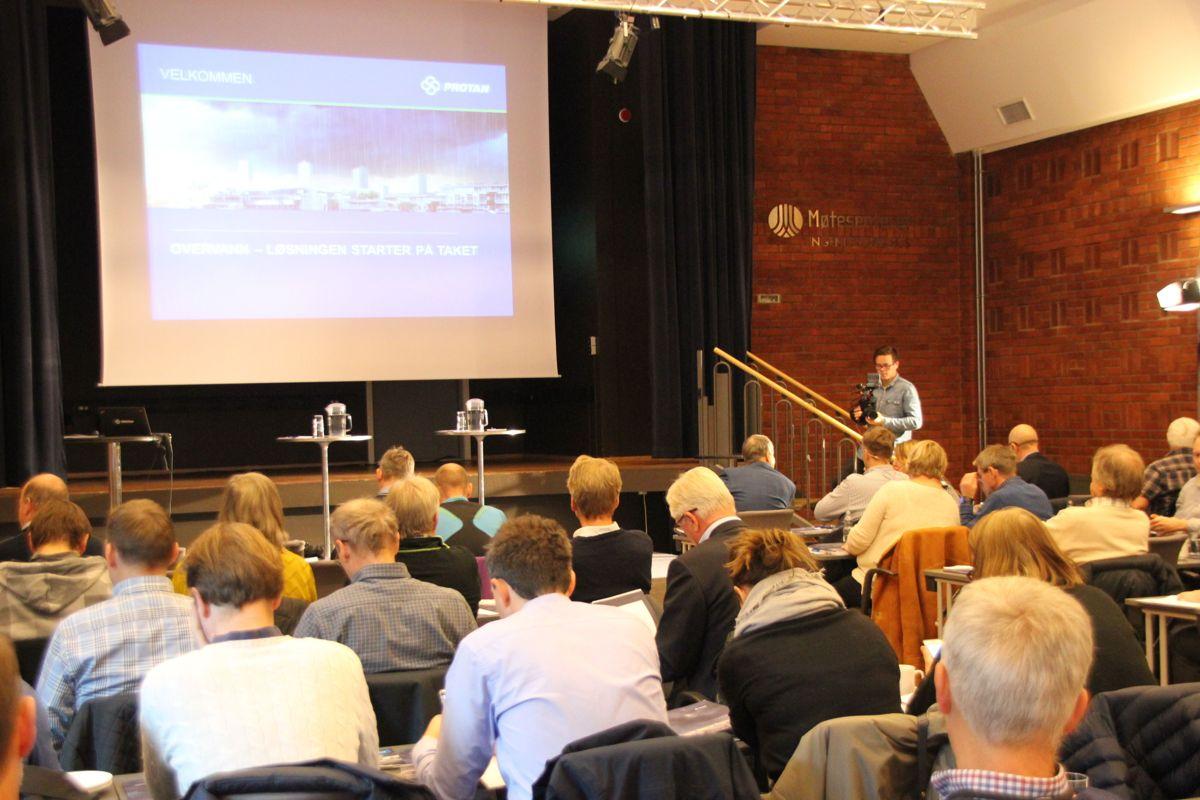 Både fageksperter, myndighetspersoner og deltakere fra byggenæringen samlet seg til debatt om overvannshåndtering. Foto: Svanhild Blakstad