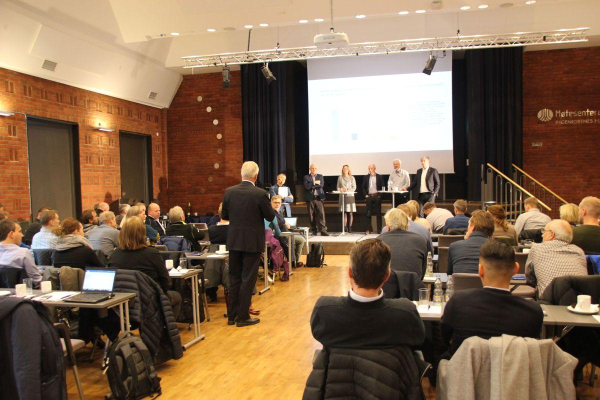 Både fageksperter, myndighetspersoner og deltakere fra byggenæringen samlet seg til debatt om overvannshåndtering i Ingeniørenes Hus i Oslo 7. november. Foto: Svanhild Blakstad