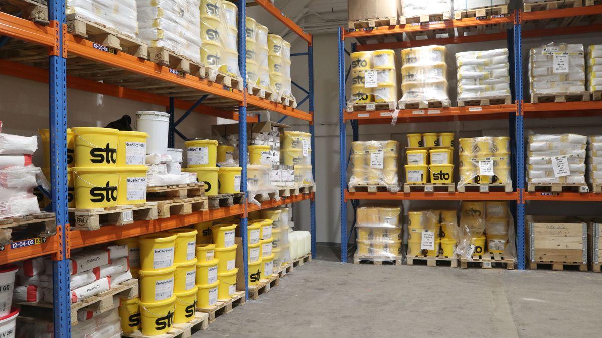 Fra lageret i det nye senteret, de gule bøttene vil være et velkjent innslag på mange byggeplasser.