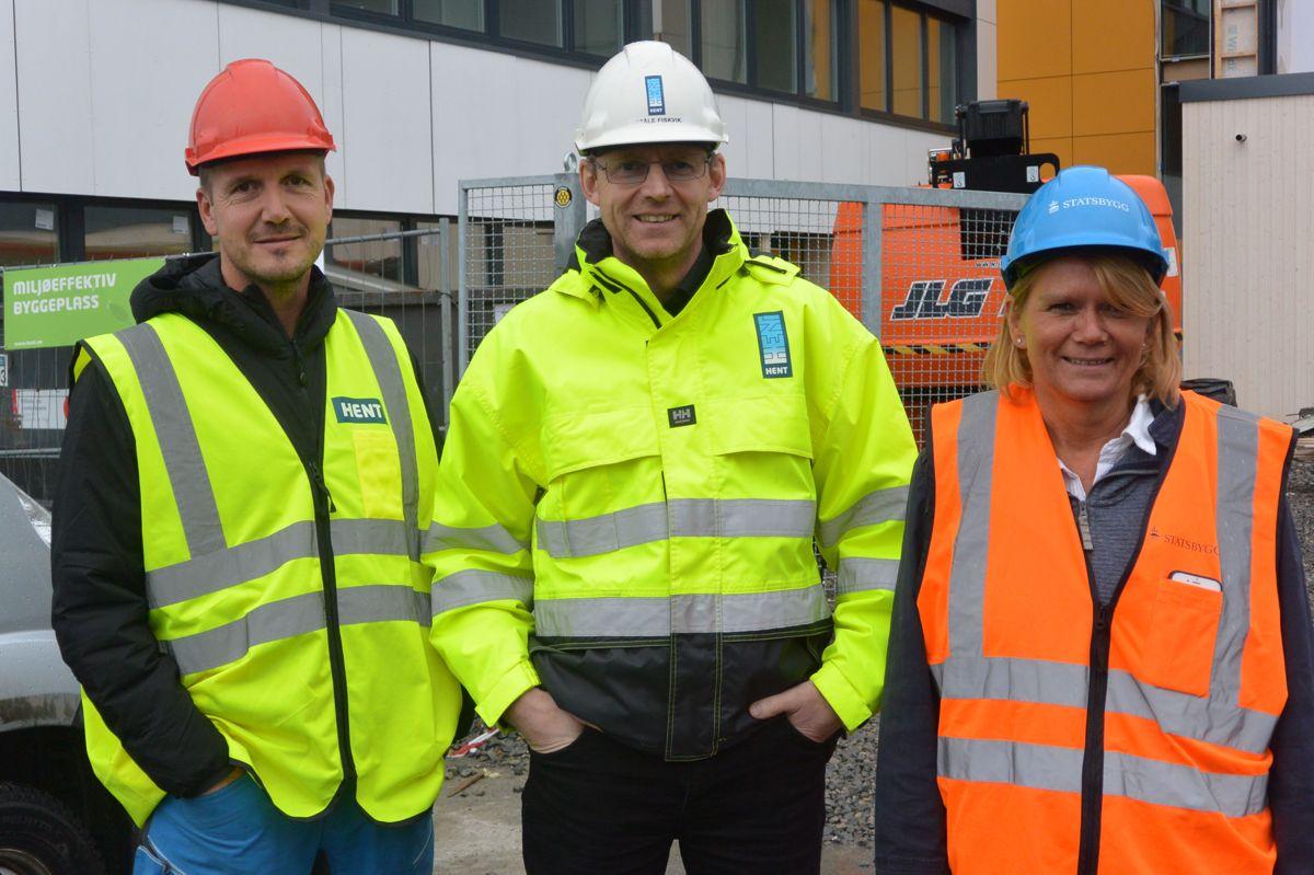 Ståle Fiskvik (t.v.) og Morten Spakmo fra HENT sammen med Inger-Johanne Tolaas fra Statsbygg.