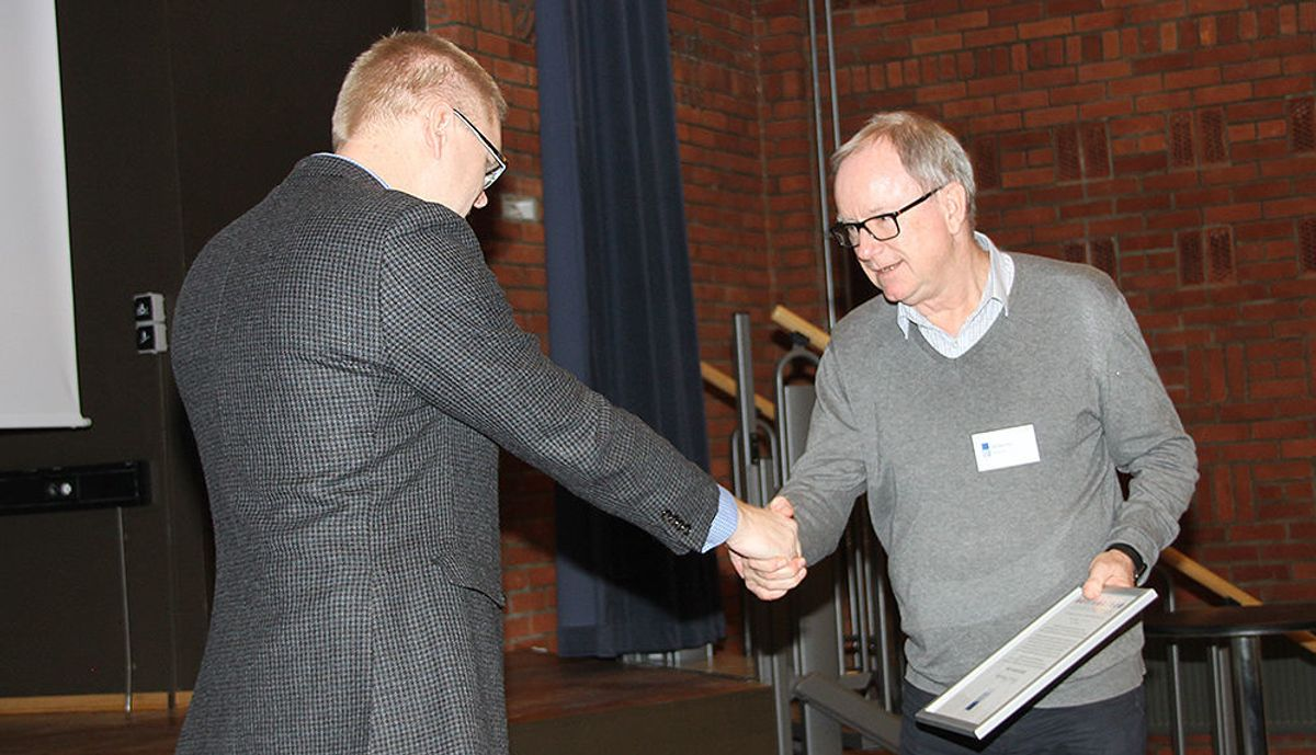 Ari Soilammi, RIFs utviklingssjef delte ut prisen til COWIs Egil Bøckmann, som tok imot prisen på vegne av Dordi Skjevling.
