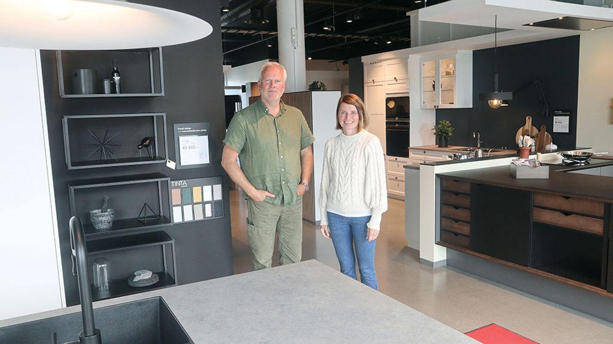 Arild Holten fra byggherren Dolphin Eiendom og arkitekt Kjersti Hilde fra ARC Arkitekter hos den første forretningen som er på plass, med salg av kjøkkenløsninger.