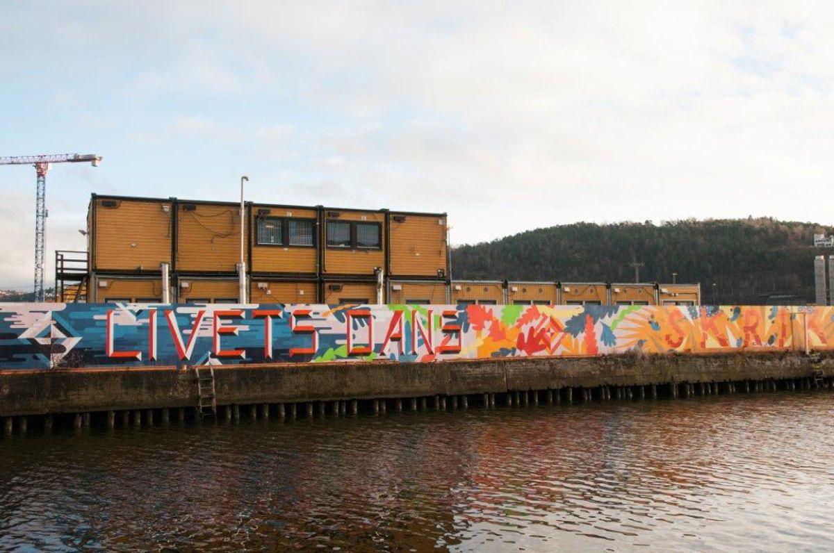 Byggegjerde er signert Gilles & Cecilie på oppdrag av Stor-Oslo Eiendom og går langs utløpet av Akerselva på Paulsenkaia. Foto: Trond Joelson