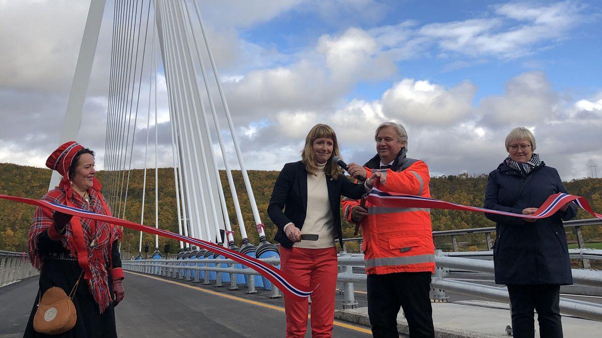 Statssekretær Ingelin Noresjø stod for den offisielle opninga av nye Tana bru. Foto: Arne Eithun/Statens vegvesen