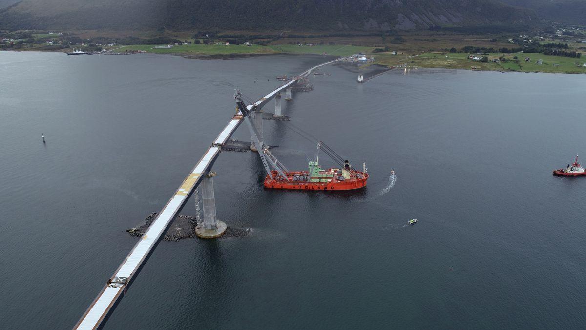 <p>Torsdag ettermiddag kunne HLV Uglen heise på plass det siste av i alt sju stålelementer ved Lepsøybrua. Norges største kranskip har en løftekapsitet på 800 tonn. Foto: Møre og Romsdal Fylkeskommune. </p>