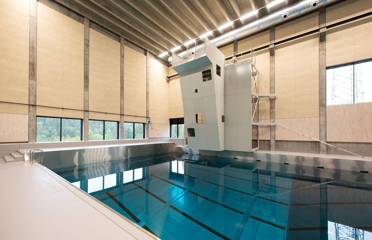 Et avansert 25-meters basseng med bølgefunksjoner er på plass for å kunne trene på maritime operasjoner. En høy skipsside er bygget for å kunne trene på entringssituasjoner. Foto: Trond Joelson, Byggeindustrien