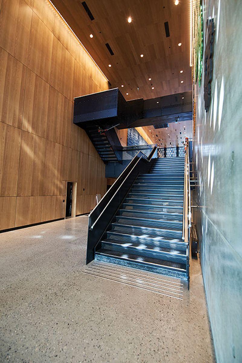 Fra inngangspartiet og trappen opp til kantineområdet. Foto: Nordic – Office of Architecture, Knut Ramstad