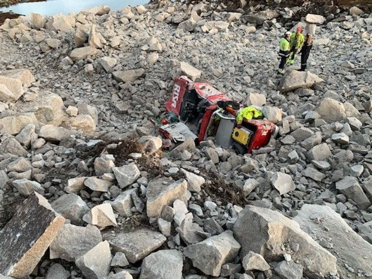 En bil ble veltet og dekket av stein i en sprengningsulykke i Kvinesdal mandag. Foto: Privat