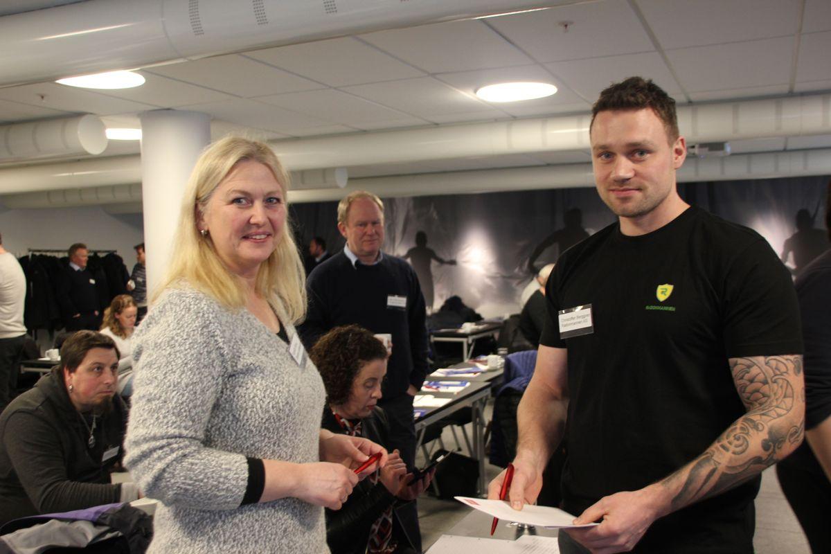 Christoffer Berggren i Radonmannen benyttet pausen under bransjetreffet til å snakke med Ingvild Finne i Statens strålevern. Foto: Svanhild Blakstad