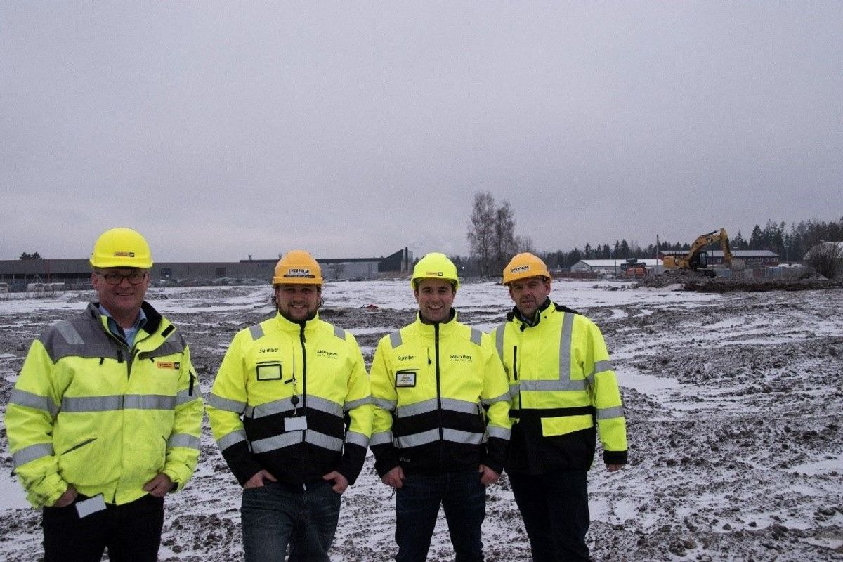Administrerende direktør Erik Sollerud (fra venstre), markedsdirektør Espen Paulseth, teknisk sjef Andreas Walnum og Tom Erik Klevengen, demofører og slitestålsekspert i Pon Equipment. Foto: Pon Equipment