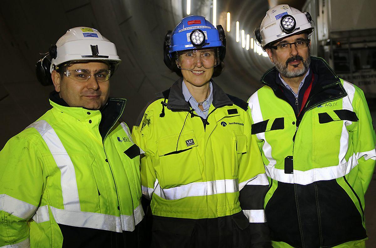Prosjektdirektør Fernando Vara i Acciona Ghella Joint Venture (AGJV) (f.v.), prosjektleder for tunnel TBM, Anne Kathrine Kalager i Bane Nor og anleggssjef Matteo Ortu i Acciona Ghella Joint Venture (AGJV).