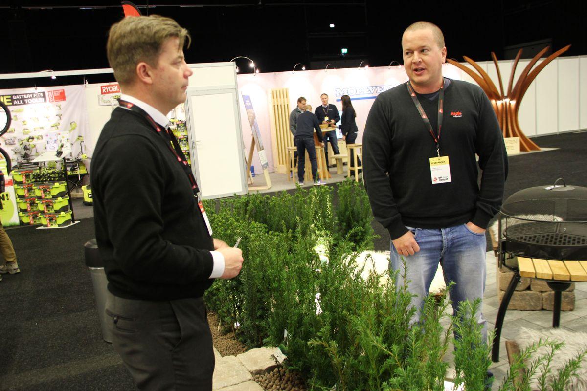 Byggmakker-sjef Knut Strand Jacobsen slår av en prat med Lorentz Strand i Asak Miljøstein, en av de mange utstillerne på Byggmakker Forum 2017. Foto: Svanhild Blakstad