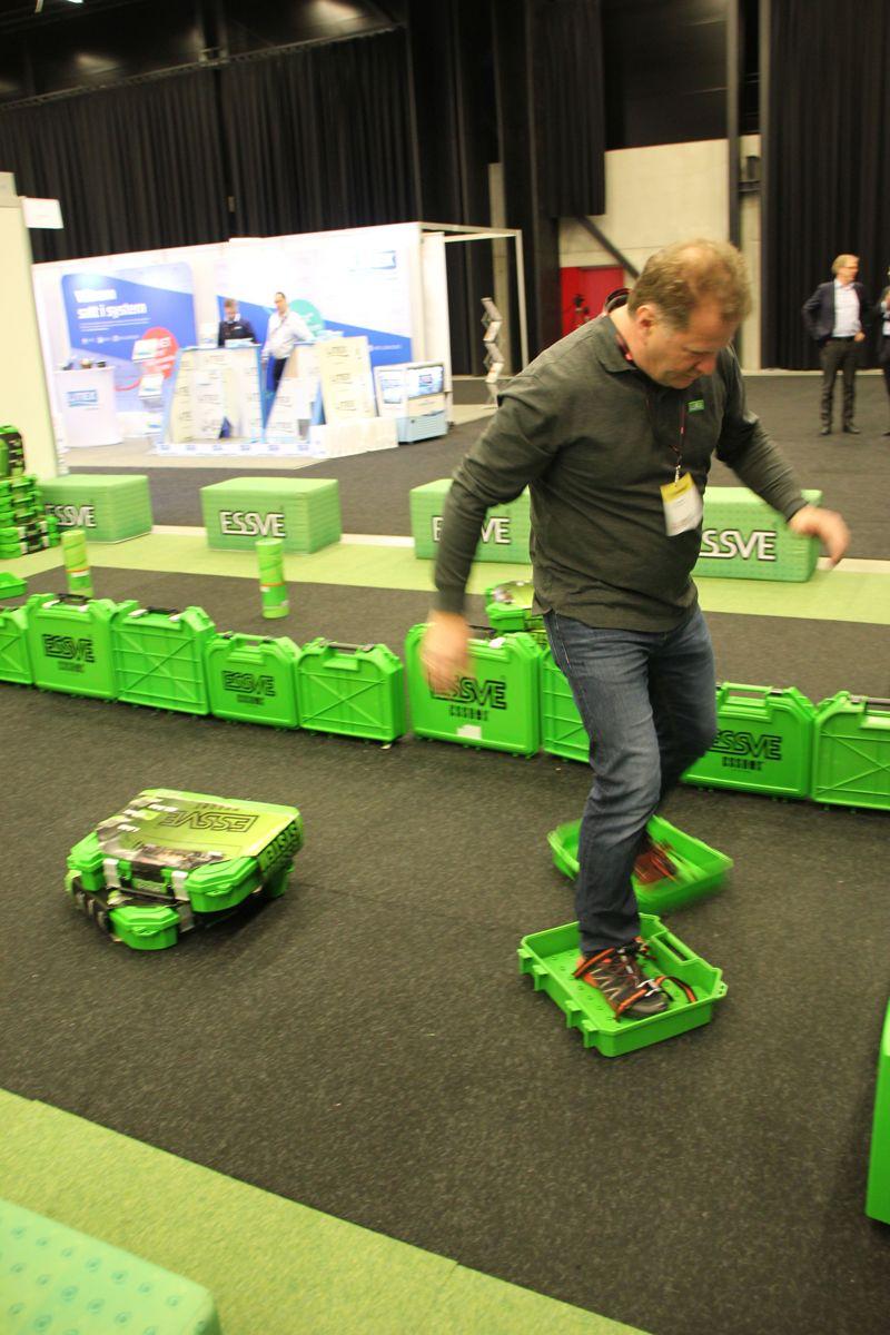 Essve er en av utstillerne på årets Byggmakker Forum. Anders Slemdal demonstrerte alternativ bruk av de velkjente grønne verktøykoffertene. Foto: Svanhild Blakstad